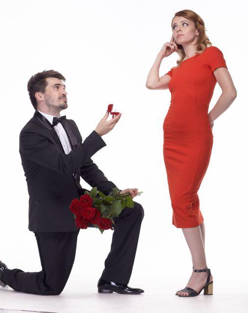 男の求愛に知らんぷりする女