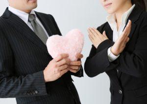 社内恋愛禁止と男の好意をバッテンマークで拒否する女