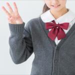 3本と指で示す女子高生