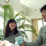 カフェで楽しく会話する男女カップル