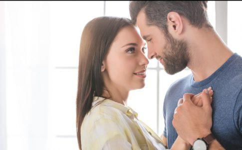 女の手を自分の胸に当てる男