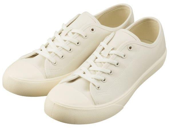 春服の男性靴は白のスニーカー